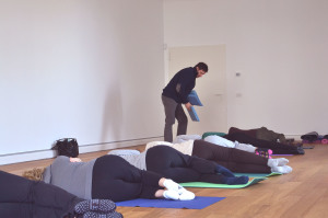 Una sessione di Feldenkrais di gruppo con l'insegnante Simone Broccoli.