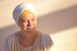 Dharma Kaur è la direttrice del Centro e insegnante di Kundalini Yoga.
