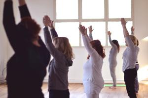 Una lezione di Kundalini Yoga al Centro Yoga Le Vie del Dharma, durante l'open day del centro.