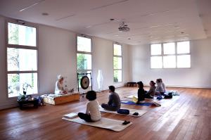 Ore 10:30 di sabato mattina: il Centro apre con una sessione di Kundalini Yoga, con la direttrice Dharma Kaur