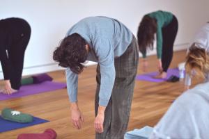 Come entrare e come uscire dalle posizioni: allungandosi! Lezione di Yoga Integrale al Centro yoga Le Vie del Dharma