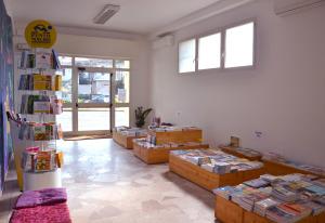 Una scelta di volumi dedicati a yoga, discipline olistiche e benessere psicofisico accoglie i visitatori all'ingresso.