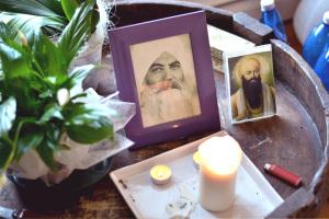 Yogi Bhajan, il maestro di yoga che ha portato il Kundalini Yoga in Occidente.