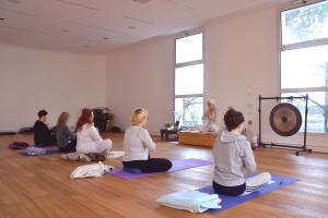 Il Kundalini Yoga, dinamico e imprevedibile, mira al risveglio dell'energia kundalini e della consapevolezza.