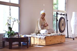 La mattina di domenica inizia di buon'ora con un'energizzante sessione di Kundalini Yoga, con la guida di Dharma Kaur.