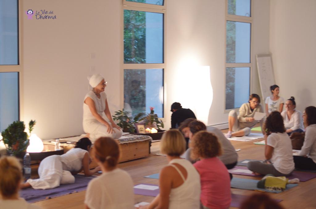 Lezione di Kundalini Yoga, con Dharma Kaur