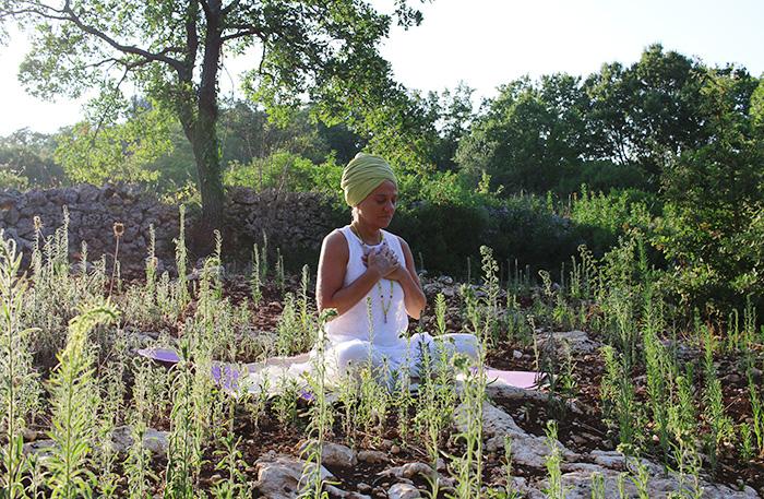 Dharma Kaur, insegnante di yoga
