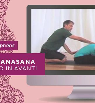Video: come fare Paschimottanasana, la posizione yoga di allungamento in avanti da seduto